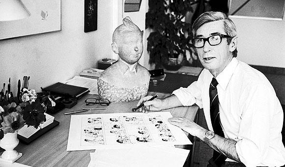 Photo en noir et blanc, Hergé à sa table de dessin